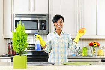 Une aide ménagère souriante à la Boite à Ménages
